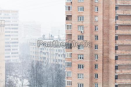 schneefall im wohnviertel der stadt