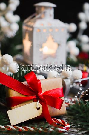 weihnachtsliches stillleben mit laterne und dekoration