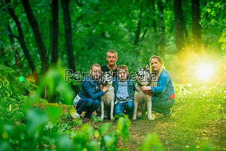 familie mit kindern und husky hunde