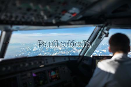 piloto en una cabina de vuelo