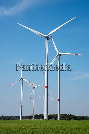 windkraftanlagen auf den feldern im laendlichen