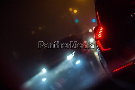 eveningnachtstadt autoverkehr autos auf einer stadtstrasse