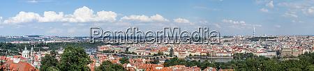 panorama von prag mit der moldau