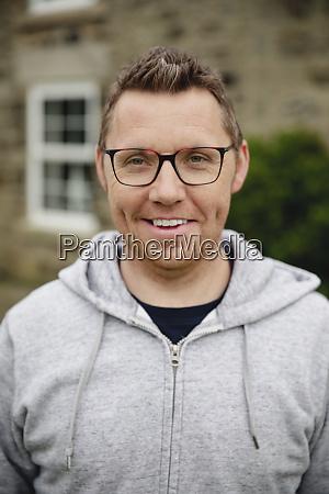 portraet eines laechelnden mannes mittleren erwachsenen