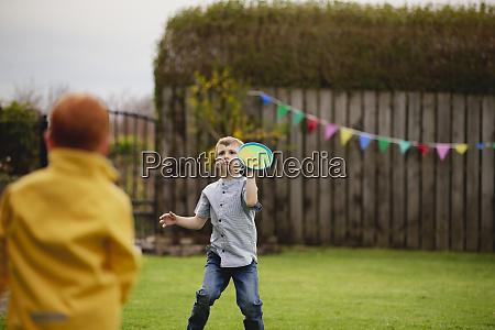 jungs spielen catch outside