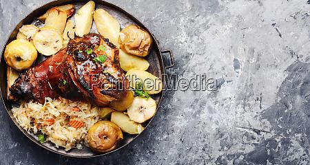 schweineknoechel mit gebratenem sauerkraut
