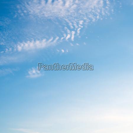 klarer himmel und wolken