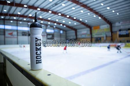 trinkflasche an bord der eishockey eisbahn