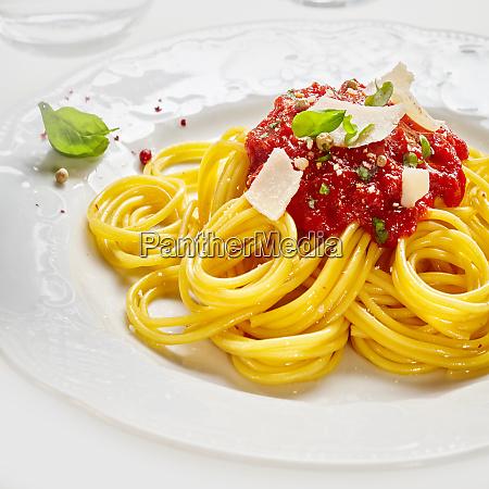 italienische spaghetti nudeln mit tomatensauce