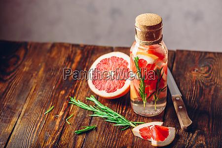 wasser mit geschnittener grapefruit und frischem
