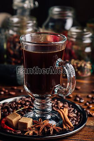 tasse kaffee mit verschiedenen gewuerzen