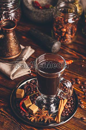 tasse kaffee mit orientalischen gewuerzen