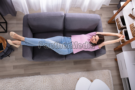 junge frau liegt auf sofa
