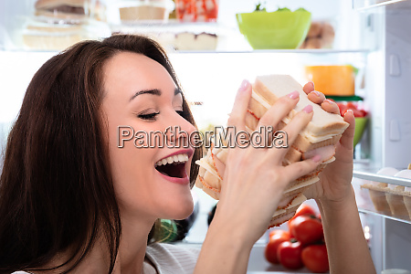 hungrige frau ereilt sandwich sandwich