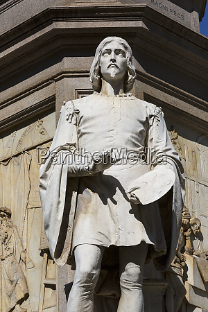 statue von leonardo da vinci auf