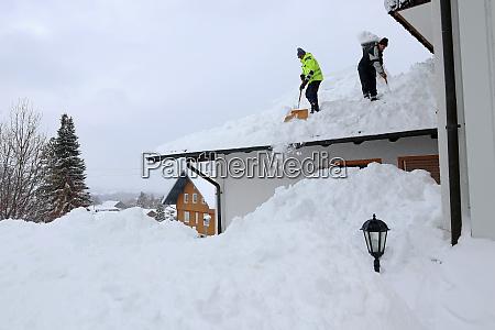 zwei maenner schaufeln hoch schweren schnee