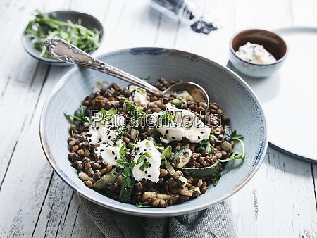 leckere linsenschale mit zucchini rucola und