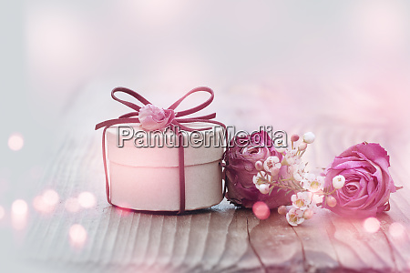 dekoration mit rosen und schmaler gabe