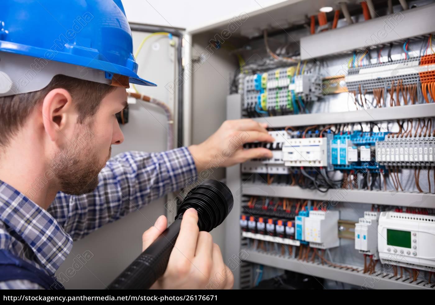 elektriker, untersucht, eine, sicherungsbox - 26176671