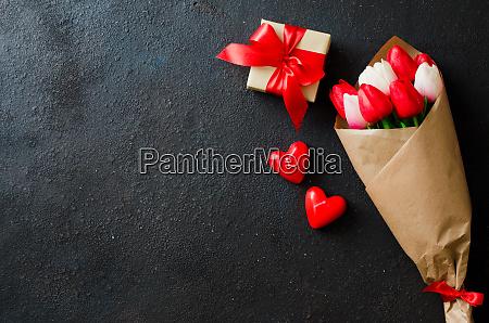 strauss von tulpen und geschenkbox auf