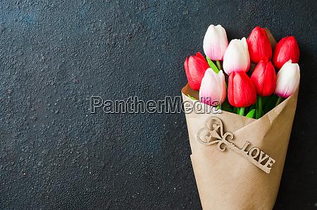 strauss von tulpen und dekorativer schluessel