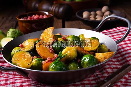 rosenkohl kartoffelpfanne mit speck im rustikalen