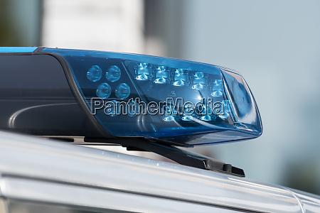 detailaufnahme eines blaulichts auf einem polizeiauto