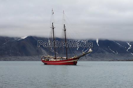 segelschiff an der svalbard coast