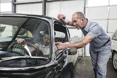 ein, kaukasischer, leitender, kfz-mechaniker, zeigt, seinem - 26191223
