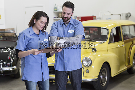 ein, paar, kaukasischer, automechaniker, spricht, über - 26191216