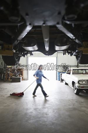 eine, automechanikerin, zieht, einen, tragbaren, wagenheber - 26191180