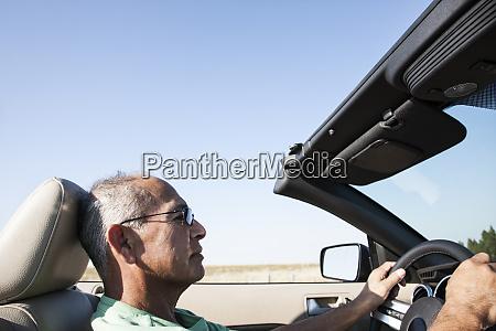 ein hochrangiger hispanischer mann am steuer