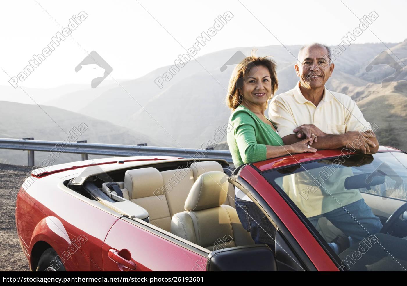 ein, hippes, älteres, hispanisches, paar, auf, einer - 26192601