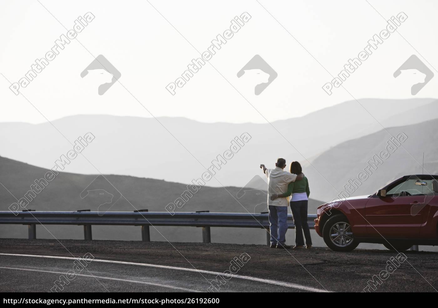 ein, hispanisches, senior-paar, genießt, die, landschaft - 26192600