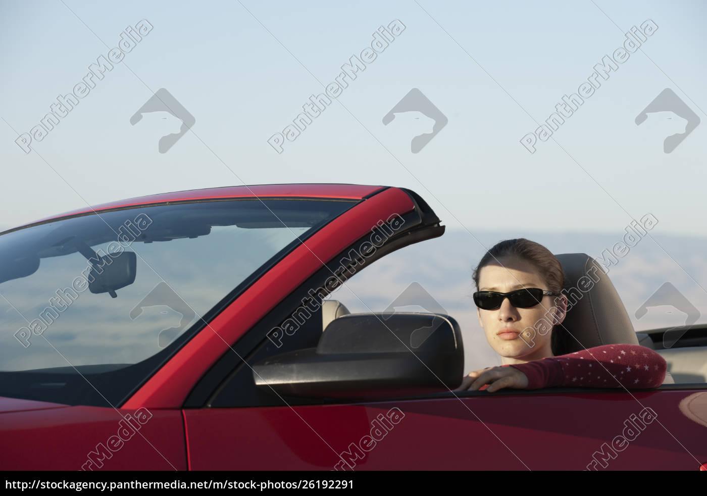 eine, junge, kaukasierin, in, einem, cabrio-sportwagen. - 26192291