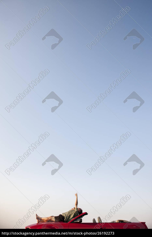 kaukasische, männliche, entspannend, auf, der, motorhaube - 26192273