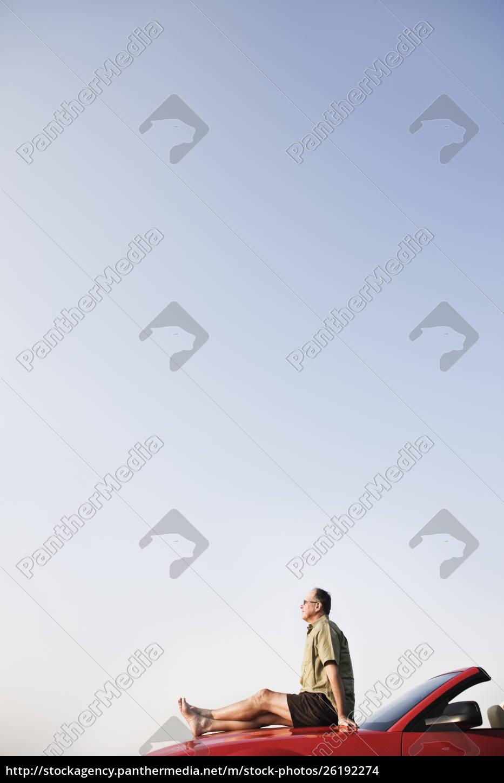 kaukasische, männliche, entspannend, auf, der, motorhaube - 26192274