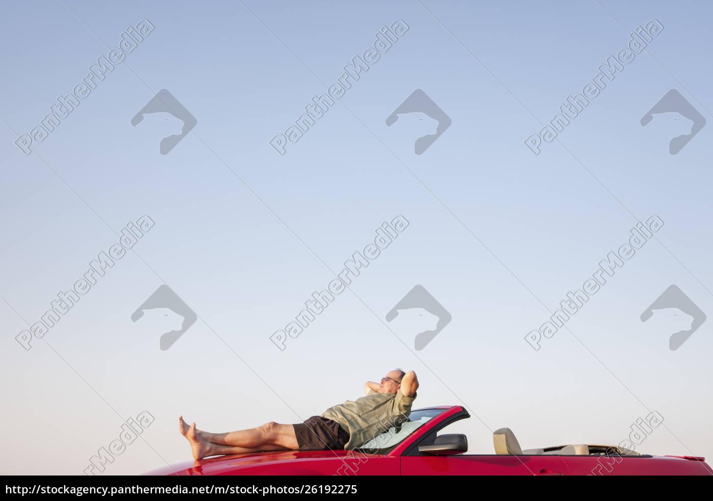 kaukasische, männliche, entspannend, auf, der, motorhaube - 26192275