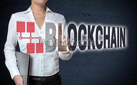 blockchain touchscreen wird von geschaeftsfrau angezeigt