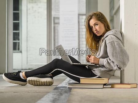 junge studentin arbeitet an ihrem laptop