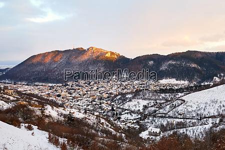 brasov stadt mit schnee bedeckt von
