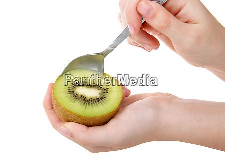 ganze kiwi in der haelfte gehalten