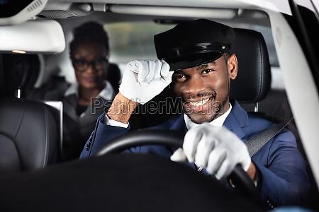 portraet eines laechelnden maennlichen chauffeurs der