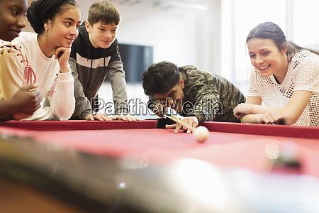jugendliche spielen pool
