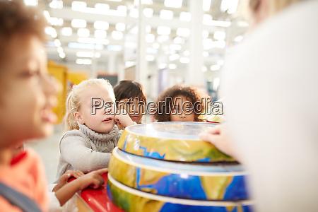 neugierige kinder auf interaktiver erdarstellung im