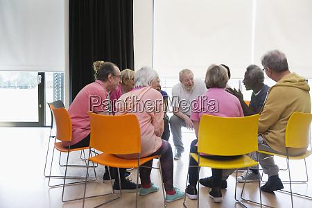 aktive senioren sprechen im kreis im