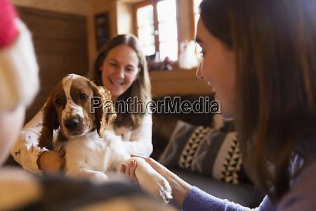 mutter und tochter spielen mit hund