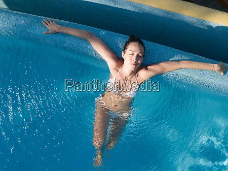 frau geniesst bad im schwimmbad augen