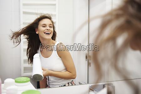 spiegelbild von lachender frau die ihre