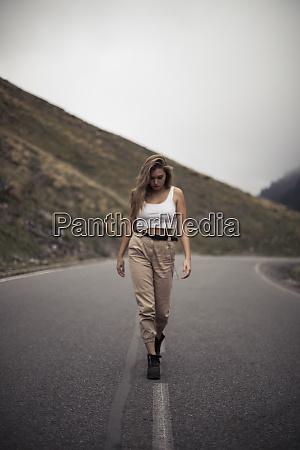 donna bionda che cammina su una